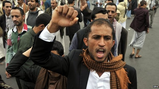 Houthi supporters shout anti-government slogans after the suicide bomb attack in Sanaa (9 October 2014)