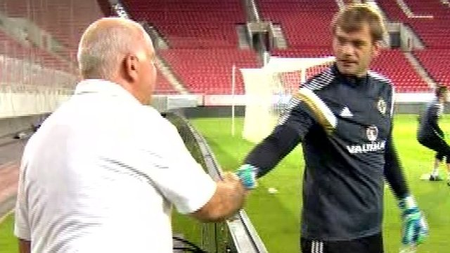 Roy Carroll shakes hands with Olympiakos technical manager Paul Papaioannou