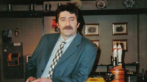 Dic Deryn (Ifan Huw Dafydd), un o gymeriadau lliwgar Pobol y Cwm