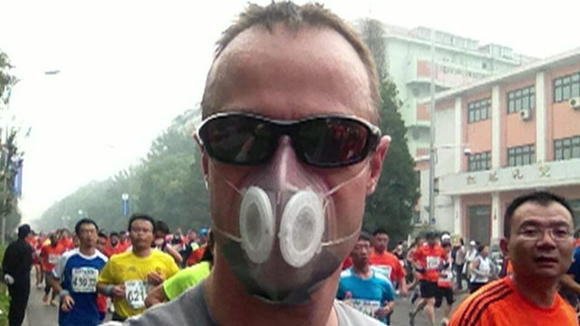 Running marathon in a smog mask