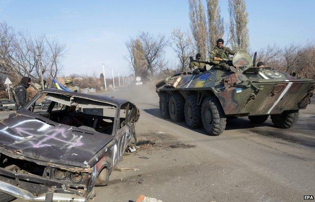 Ukrainian servicemen at a checkpoint near the eastern Ukrainian town of Debaltseve (4 Nov)