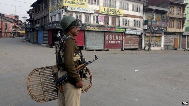 Indian paramilitary in Srinagar during a curfew (5 November 2014)