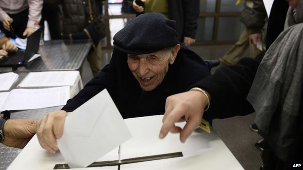 A 93-year-old man casts his ballot (9 November 2014)