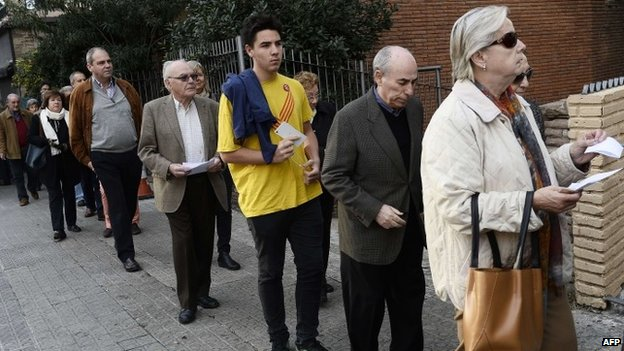 People queue outside a polling station in Barcelona (9 November 2014)