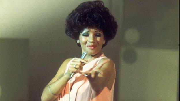 Mae llais Shirley Bassey yn dal i fod mor gryf ac unigryw ag oedd o yn y 70au