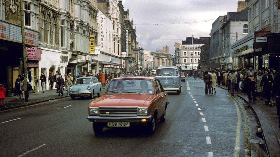 Ydych chi'n adnabod y stryd fawr hyn o'r '0au? Yr ateb ar ddiwedd yr oriel // Do you recognise this Welsh main street? Answer at the end of this gallery.