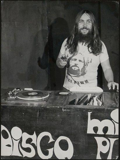 Mici Plwm a'i ddisgo teithiol // Mici Plwm and his traveling disco