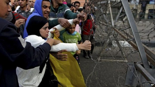 Protesters pull on barbed wire near Tahrir Square, Cairo - 29 November