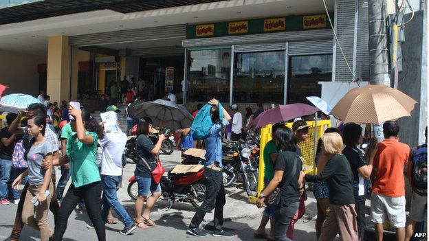 Residents crowd the entrance of a shopping mall to shop for food supplies in Tacloban City, central Philippines on 4 December 2014, ahead of the arrival of Typhoon Hagupit on 6 December