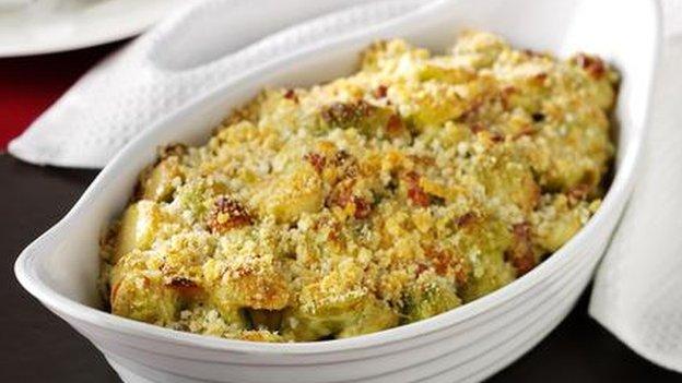 Gratin o sprouts, gyda hufen, bacwn ac almonau