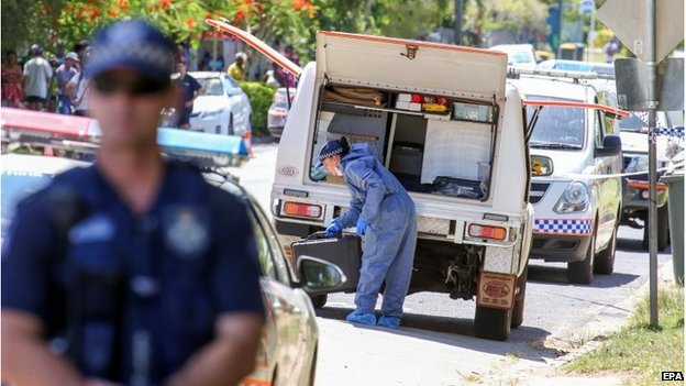 Police investigators at the house in Cairns (19 Dec 2014)