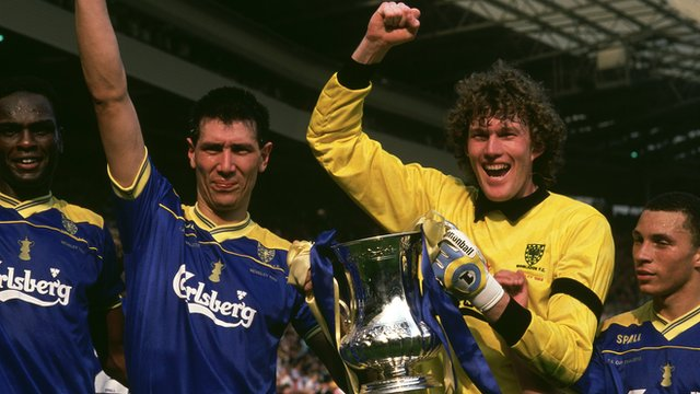 Lawrie Sanchez and Dave Beasant lift the FA Cup in 1998