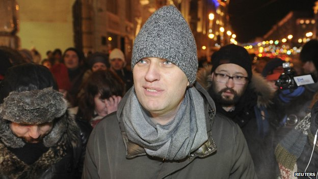 Alexei Navalny (C), Russian opposition leader and anti-corruption blogger, walks to attend an opposition rally in Moscow, 30 December 2014