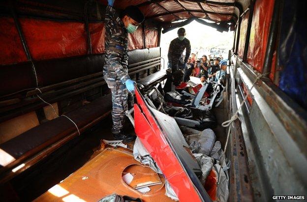 Indonesian personnel load air crash debris in Surabaya, 7 January