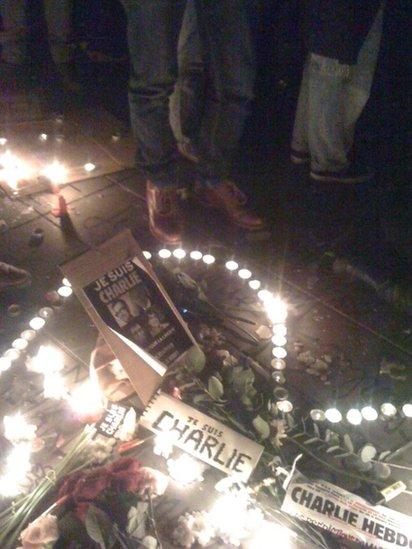 Daeth 40,000 o bobl i'r wylnos yng nghanol Paris