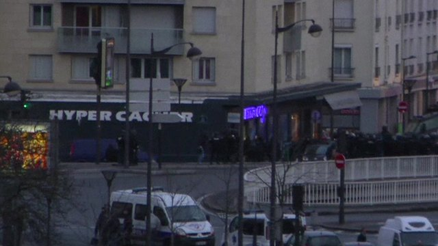 Police surround Paris supermarket