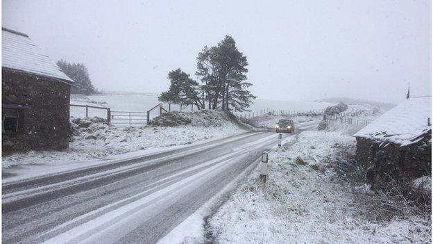 Eira ar y B4329 rhwng Eglwyswrw a Hwlffordd yn Sir Benfro