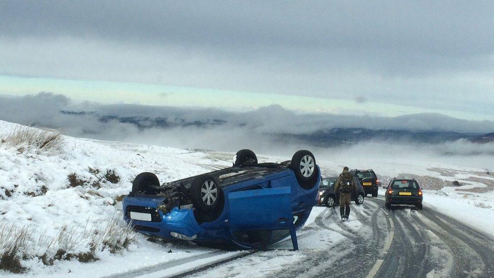 Car wyneb i waered ar y B4560 rhwng Crughywel a Beaufort / Overturned car on the B4560 between Crickhowell and Beaufort
