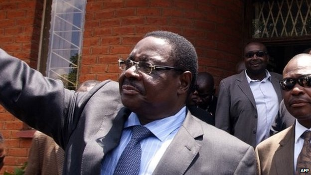 """Malawi""""s Democratic Progressive Party President Peter Mutharika (C) waves at his supporters on November 14, 2013"""