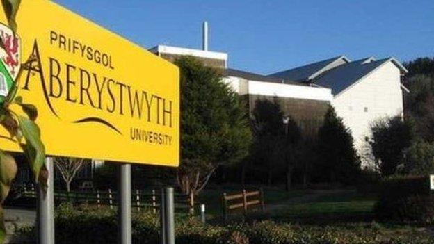 Fe lithrodd Prifysgol Aberystwyth 11 safle i 93ain yn y DU yng nghanllaw prifysgolion The Times 2014