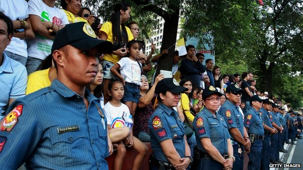 Heavy security in front of devotees along President Quirino Avenue to welcome Pope Francis on his arrival to Manila (15 January 2015)