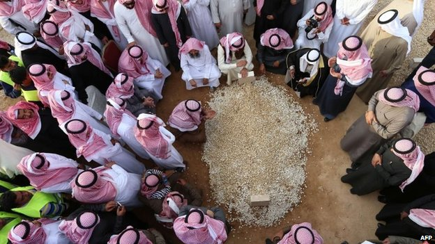 Mourners gather around King Abdullah's grave at the Al-Oud cemetery in Riyadh, 23 January 2015