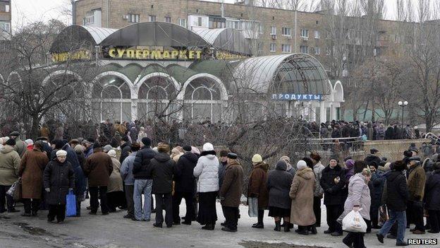 Donetsk civilians queue for essential supplies, 29 Jan 15