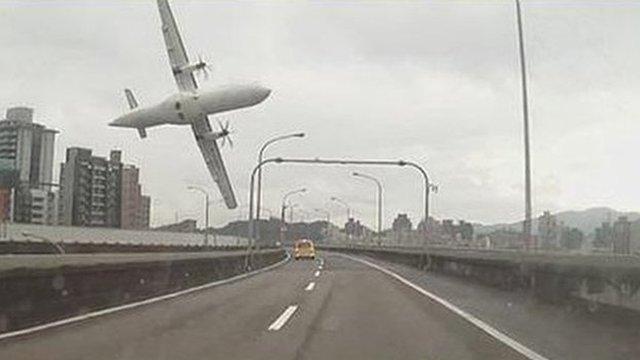 Image of plane crashing over bridge in Taiwan (4 Jan 2015 - image by @Missxoxo168)