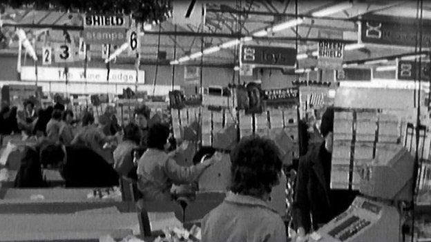 Y tiliau'n brysur yn archfarchnad Carrefour yng Nghaerffili yn 1972