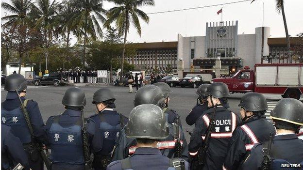 Police outside the Kaohshiung prison, Taiwan (11 Feb 2015)