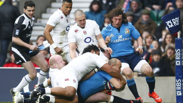 Sergio Parisse scores a try for Italy