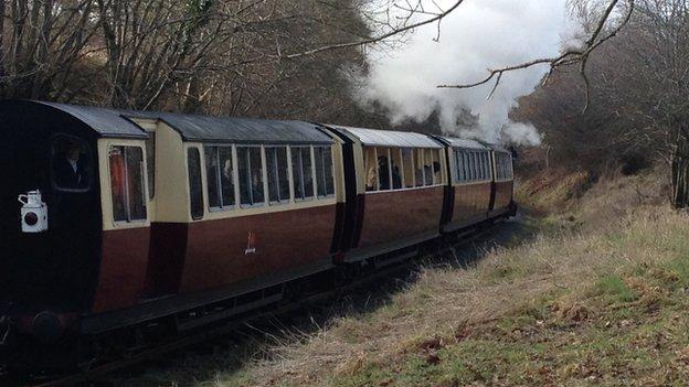 Tren Rheilffordd Llyn Tegid