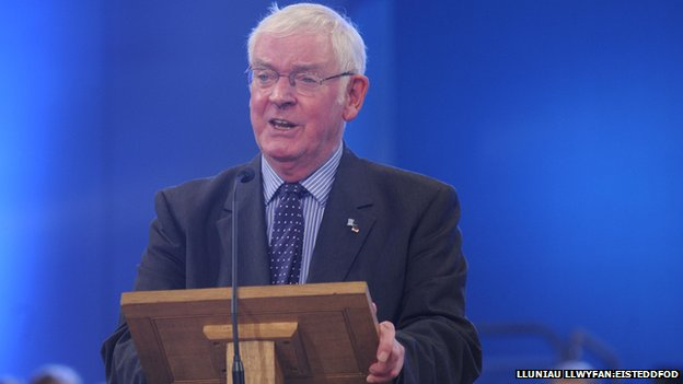 John Rowlands yn beirniadu o lwyfan y brifwyl yn 2012 (Llun: Lluniau Llwyfan)