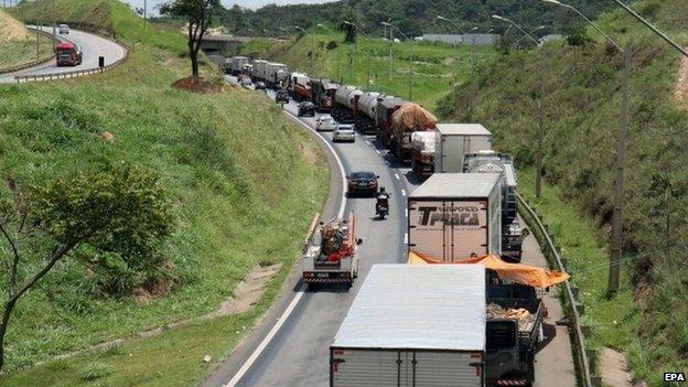 Lorry drivers block road in Minas Gerais