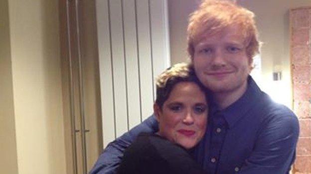 Amy Wadge gydag Ed Sheeran yn ei ystafell newid wedi ei berfformiad ar X Factor