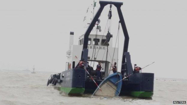 Macau's Marine and Water Bureau lift up a capsized speedboat (27 Feb 2015)