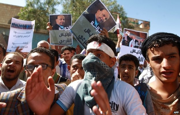 Supporters of Yemeni President Abdrabbuh Mansour Hadi protest against the Houthis in Aden (21 February 2015)