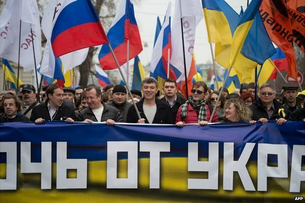 Boris Nemtsov, centre, takes part in a solidarity march between Russians and Ukrainians in Moscow - 15 March 2014