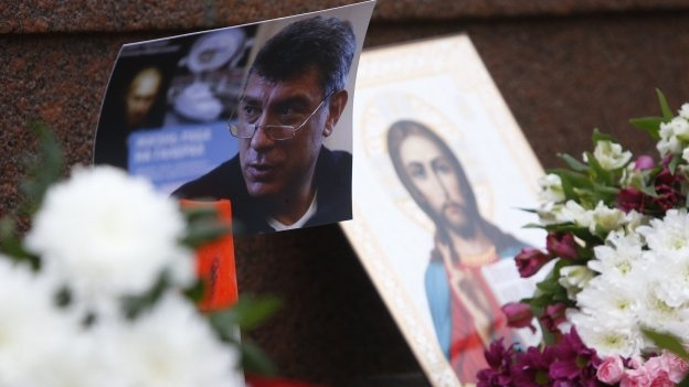Photo of Boris Nemtsov with an icon at the scene of his death - 28 February