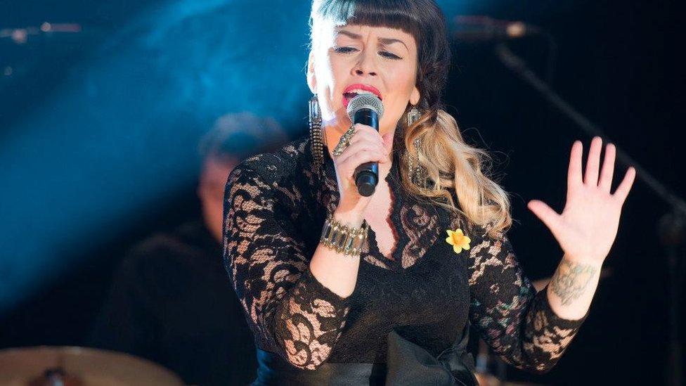 Elin Parisa Fouladi yn perfformio cân a gyfansoddodd gyda Ben Dabson yn 2013