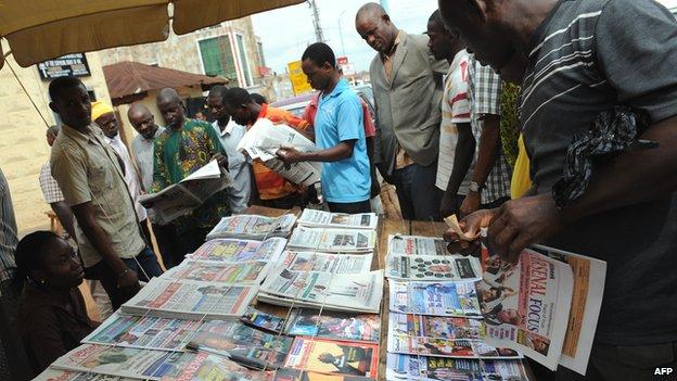 People read the newspaper headlines in Nigeria - 2011