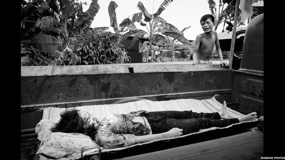 Brawd yn darganfod corff ei chwaer, wedi ymosodiad gan hofrennydd Americanaidd // Young boy finds his sister's body, killed by U.S. helicopter fire. 1968