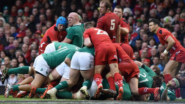 Ireland are awarded a penalty try after Wales collapse a maul