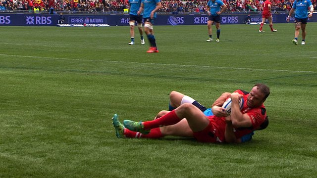 Jamie Roberts scores for Wales against Italy