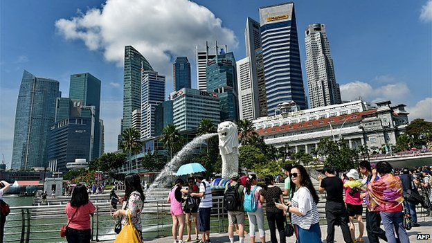 Tourists by Singapore merlion in CBD