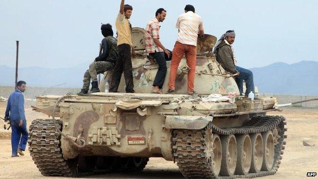 Militiamen loyal to President Abdrabbuh Mansour Hadi at al-Anad air base in Yemen (24 March 2015)