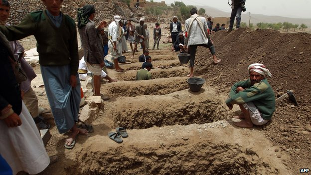 Yemenis dig graves on 4 April, 2015 to bury the victims of a reported airstrike by the Saudi-led coalition
