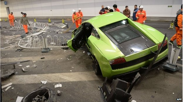 Damaged Lamborghini car and debris in a tunnel in Beijing (12 April 2015)