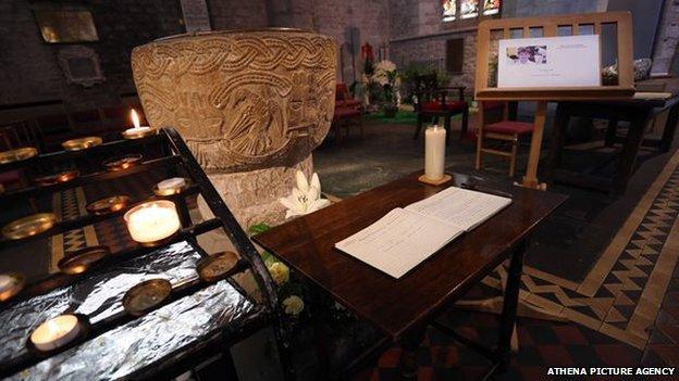 Llyfr o Gydymdeimlad yng Nghadeirlan Aberhonddu