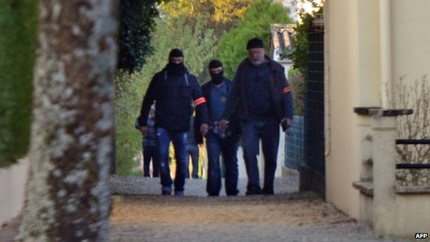 French policemen search the Vert-Bois neighbourhood in Saint-Dizier, on 22 April 2015,